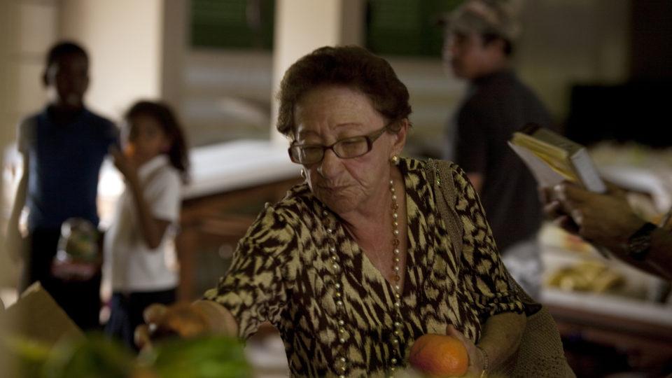 Pupa Trabal, una de las protagonistas del documental Las carpetas, comprando frutas en la plaza del mercado de Santurce durante el rodaje del documental Las carpetas.
